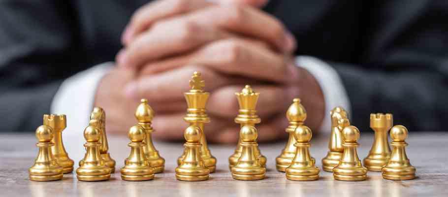 Empresário observa tabuleiro de xadrez